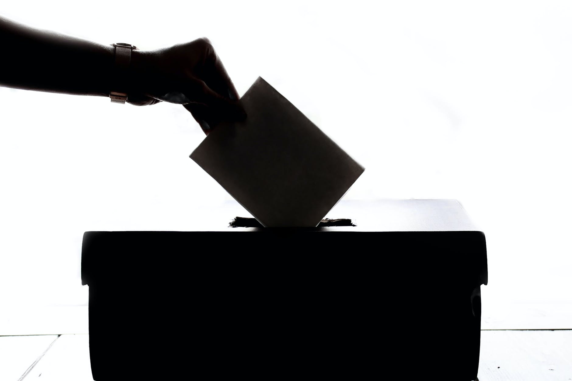 Television leads less-informed citizens to vote based on candidates' appearance